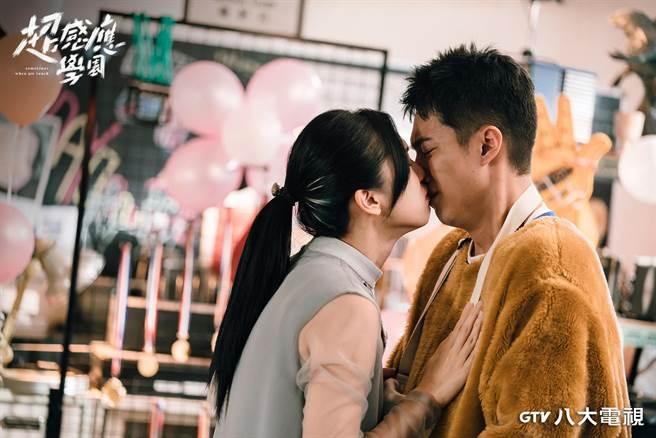 劉奕兒(左)、蔡凡熙在主演的《超感應學園》愛得虐心。