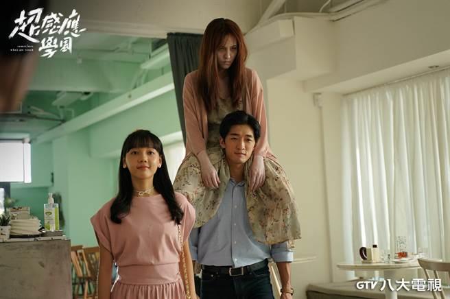 魏蔓(右上)在《超感應學園》飾演女鬼,跨騎在鍾政均身上,左為林思廷。(八大提供)