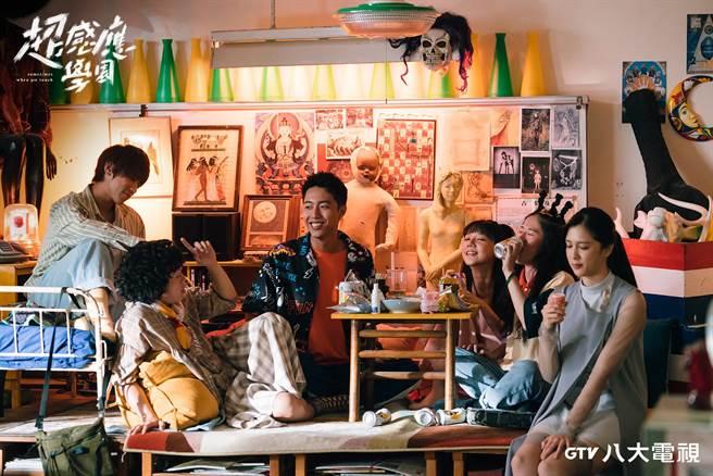 《超感應學園》劇中「超自然感應社」的六小福姜濤(左起)、洪群鈞、蔡凡熙、林思廷、百白、劉奕兒。(八大提供)