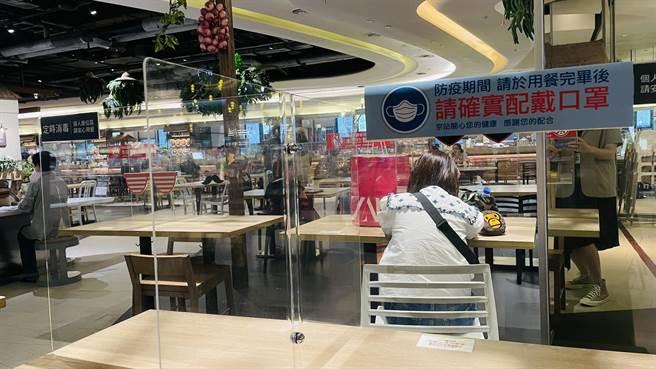 京站在內用開放的第2天於用餐時段,消費者也約坐滿3分之1的席次,其表示目前顧客普遍反應有隔板、梅花座內用都比較安心。(京站提供)