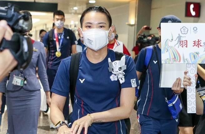 戴資穎今4日返回台灣,機場地勤人員熱情沿途歡迎。(陳麒全攝)