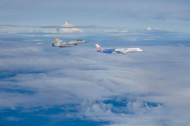 奧運英雄回家,空軍派出幻象戰機升空伴飛,表達國家對這次奧運代表團的敬意。(軍聞社提供)