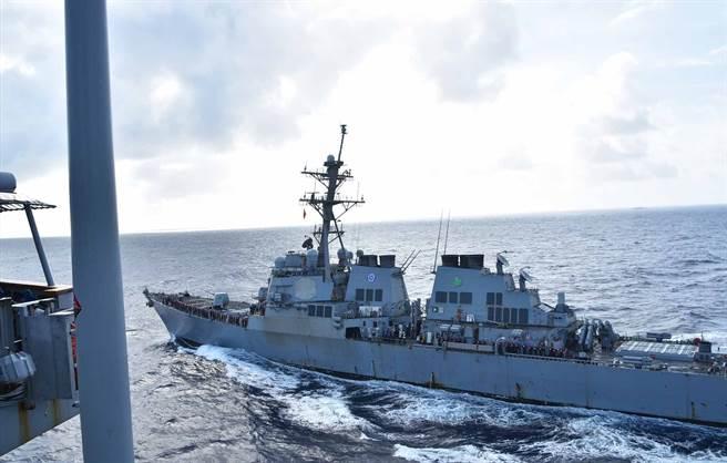 國際法學者警告,美國對法律戰缺乏準備,應盡快建立相關制度。圖為於南海航行的美軍神盾艦「蘇利文兄弟號」。(圖/美國海軍)