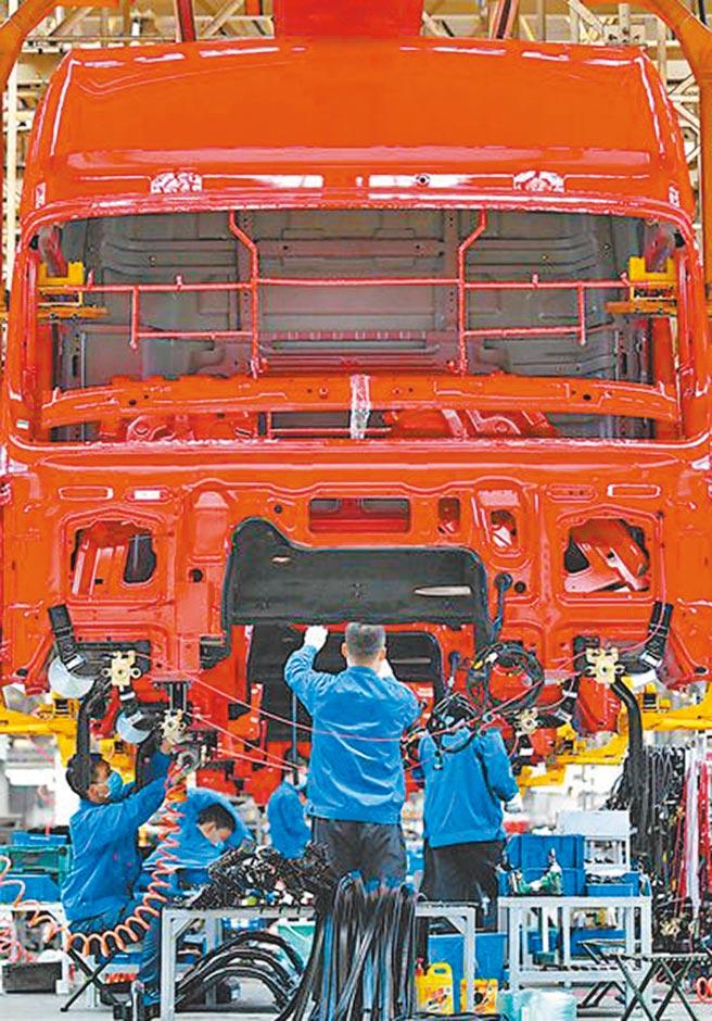 大陸擬對企業設定國產化率目標。圖為陝西汽車控股集團有限公司重卡總裝線工作。(新華社)