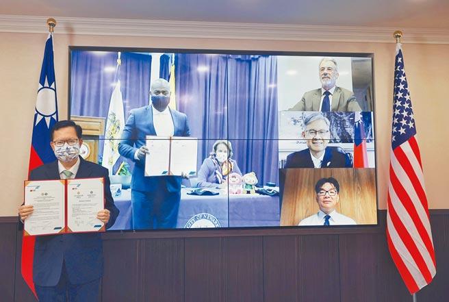 桃園市長鄭文燦3日與美國紐華克市長拉斯巴拉卡,舉辦線上姊妹城市交流協定簽約儀式。(蔡依珍攝)