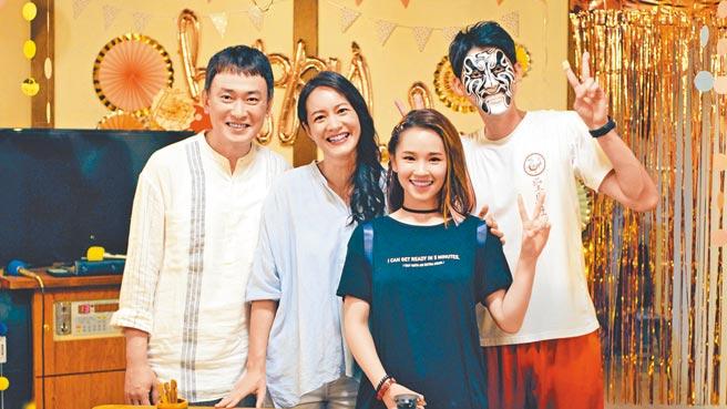 王識賢(左起)在《神之鄉》與前妻Janet、女兒盧以恩、兒子李玉璽一家人從疏離到重拾幸福。(東森、映畫提供)