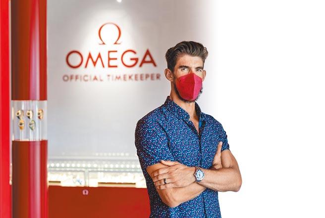 「飛魚」菲爾普斯受邀參觀OMEGA在東京設立的奧運時計展覽館,並佩戴海馬東京奧運特別版限量表。(OMEGA提供)
