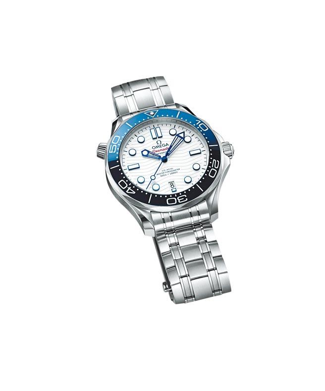 歐米茄海馬潛水300米東京奧運腕表,以東京奧運會徽章的藍白紅獨特配色為主,18萬4000元。(OMEGA提供)