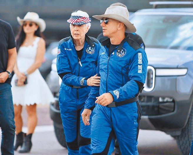 亞馬遜創始人傑夫貝佐斯(右)完成太空飛行壯舉,佩戴OMEGA為他訂製的登月表。(法新社)