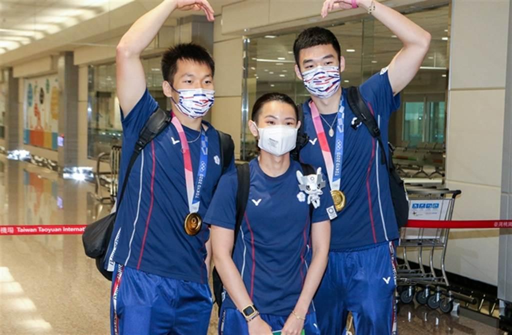 戴資穎與麟洋配昨(4日)光榮返回台灣,在機場受到大批粉絲歡迎。(陳麒全攝)