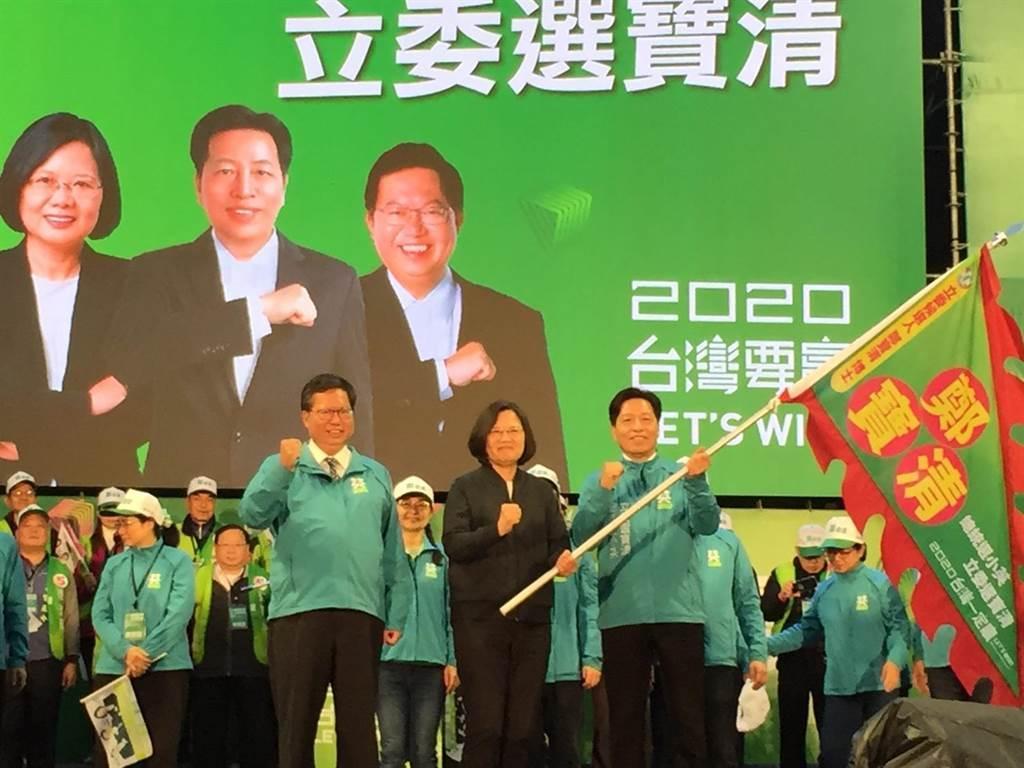 總統蔡英文(中)、桃園市市長鄭文燦(左)與民進黨前立委鄭寶清(右)。(圖/本報系資料照)