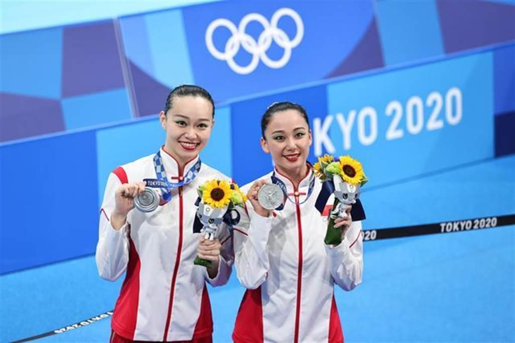 8月4日的東奧花樣游泳雙人項目上,中國選手黃雪辰/孫文雁獲得銀牌。(新華社)