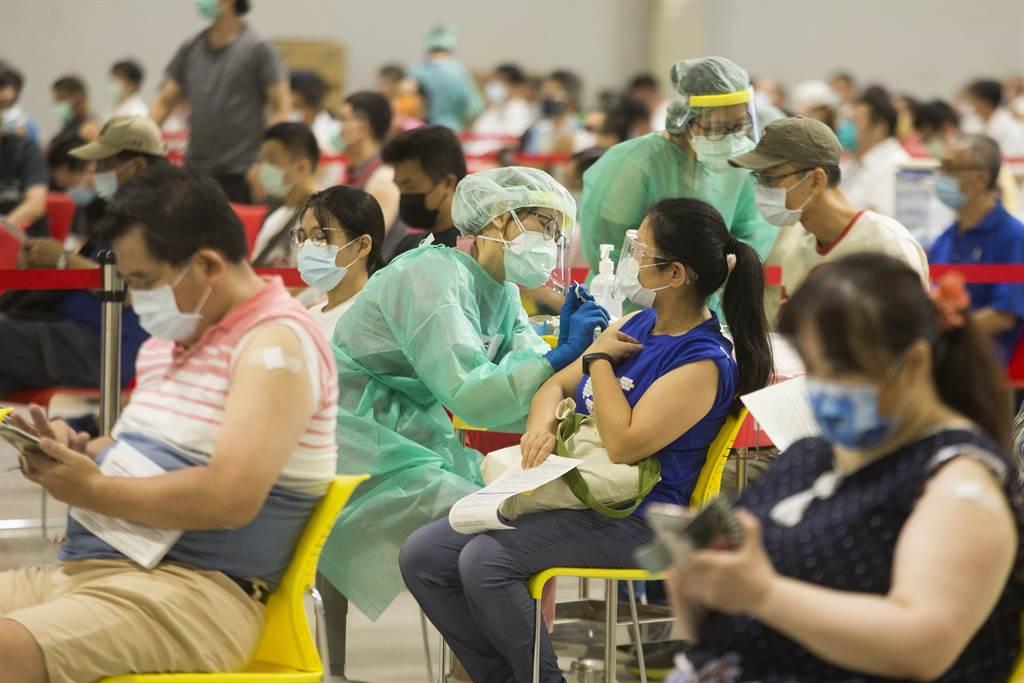 新冠撞流感,醫師嘆年底前恐要一直打疫苗,並透露目前規定兩款疫苗接種需間隔14天。圖為民重接種新冠疫苗的畫面。(杜宜諳攝)