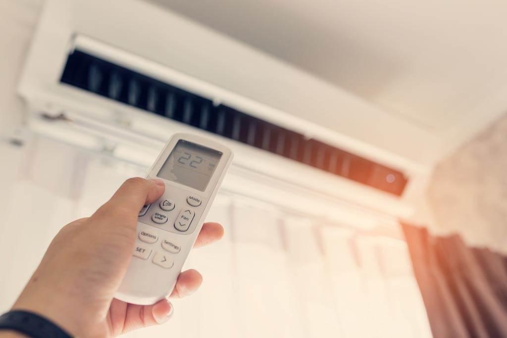 網友不解,自家冷氣設定27度時總會出現臭味,但往下調低1度就沒事。(示意圖/達志影像)