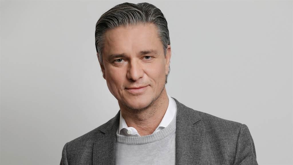 保時捷全球執行董事會副主席兼財務與IT執行董事會成員Lutz Meschke表示,儘管為了電動化轉型投入不少資源,但因銷售報酬率提升,仍在2021年上半締造佳績。(圖/品牌提供)