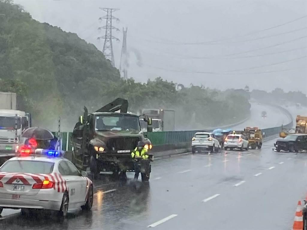 這起連環撞事故,包含1輛軍用卡車和5輛自小客車。(讀者提供/張毓翎台南傳真)