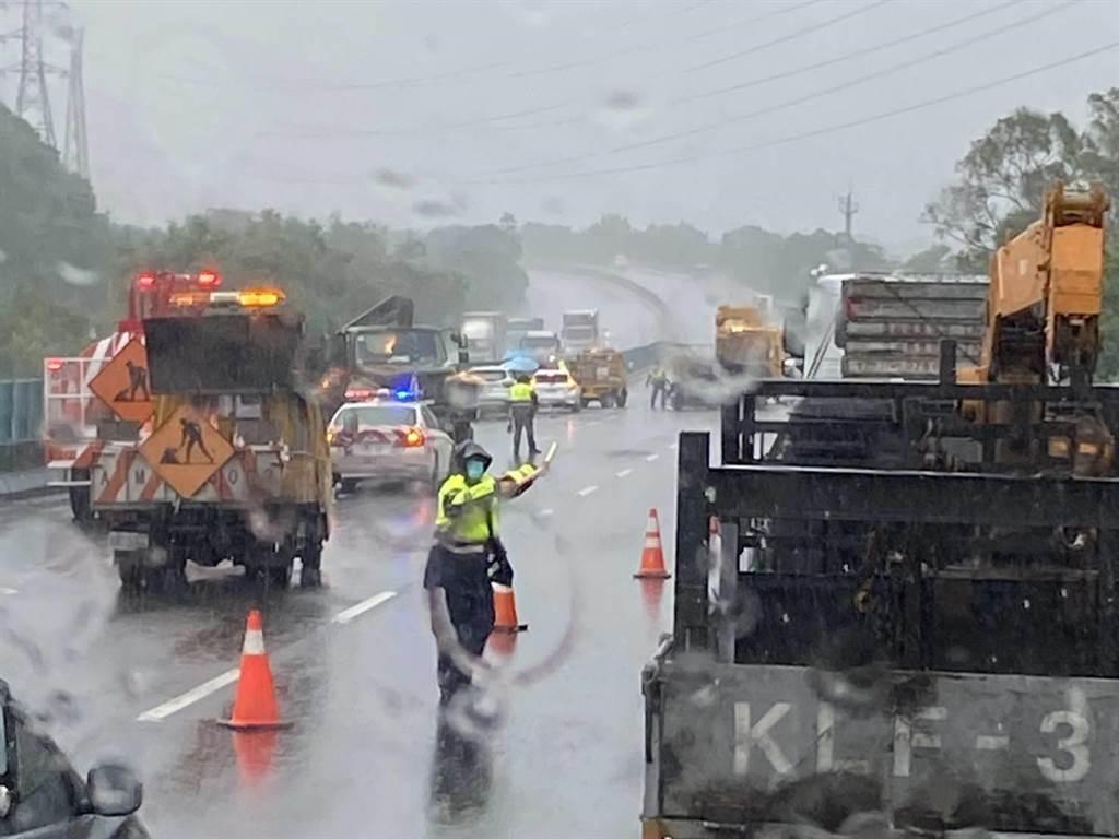 這件事故無人員受傷,警方為6車駕駛實施酒測值皆為0。(讀者提供/張毓翎台南傳真)