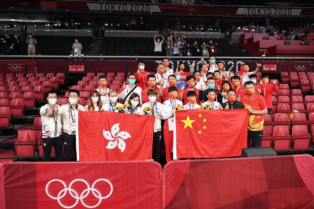 乒乓女團冠軍中國大陸國乒女隊和季軍香港隊賽後合影。(人民視覺╱新華社IC)