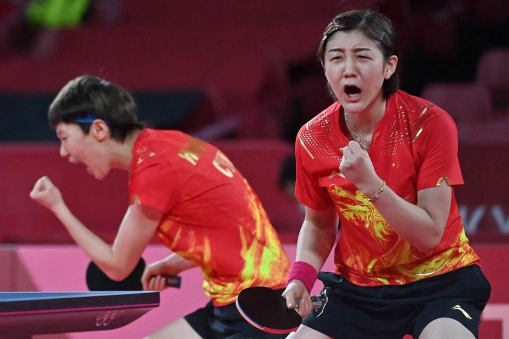 陳夢(右)、王曼昱在第一場比賽中。(人民視覺╱新華社IC)