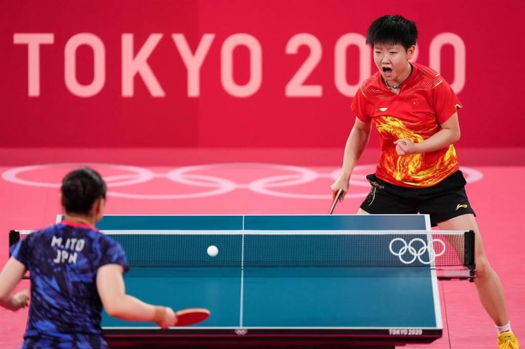第二場,孫穎莎以3-1(11-8/11-5/3-11/11-3)戰勝了伊藤美誠。(人民視覺╱新華社IC)