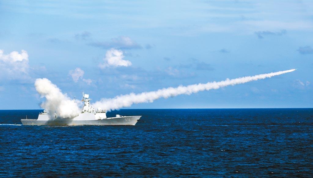 大陸宣布6至10日在南海舉行大範圍軍事訓練,演習範圍超過10萬平方公里。圖為2016年7月解放軍在海南島至西沙附近實彈演習。(新華社)