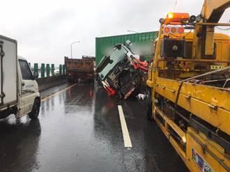 豪雨襲擊屏東 小客車國道3號自撞護欄 小貨車閃避不及撞上