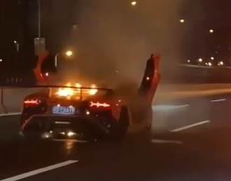 無視藍寶堅尼燒成廢鐵 駕駛只顧安慰女友淡定觀火