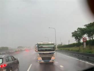 他驚見大卡車「逆向衝來」喊閃尿 網友竟笑翻:玩命關頭結局