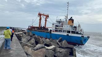 布袋商港貨輪遭大浪推移擱淺 船舵斷裂救援出9名船員
