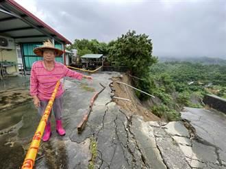 豪雨下不停驚見「前院不見了」 台南龍崎邊坡塌3民宅門口現斷崖