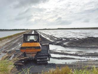 雲林又豪雨 沿海居民搶救魚塭