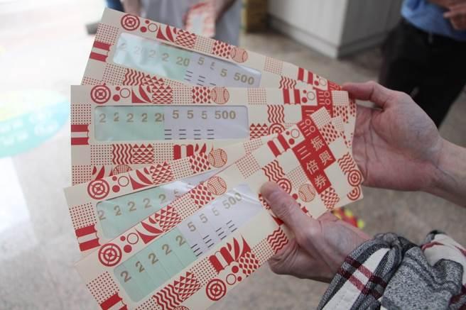 許多民眾對於政府將發放五倍券一事感到不滿意;圖為2020年發行的振興三倍券。(中時資料照,何冠嫻攝)