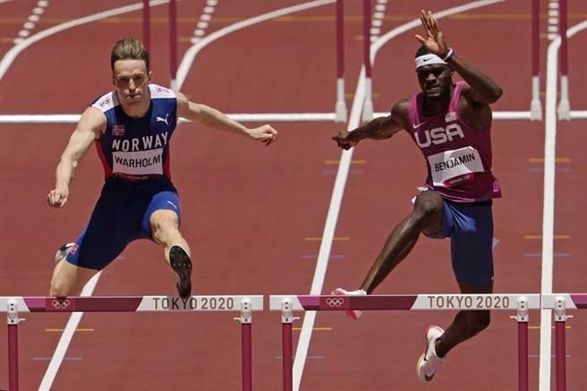 男子400公尺跨欄金牌沃爾霍姆(左)與美國選手班哲明。(美聯社資料照)