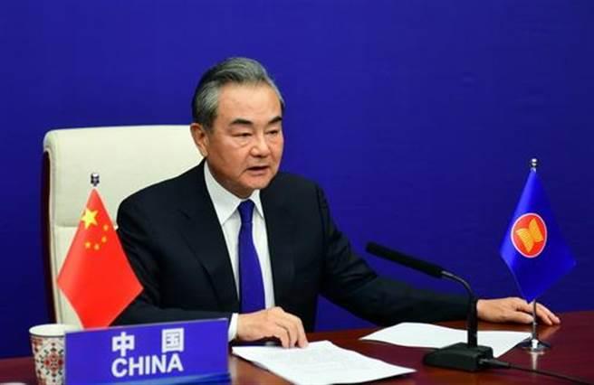 大陸國務委員兼外長王毅出席第11屆東亞峰會外長會。(中國外交部官網)