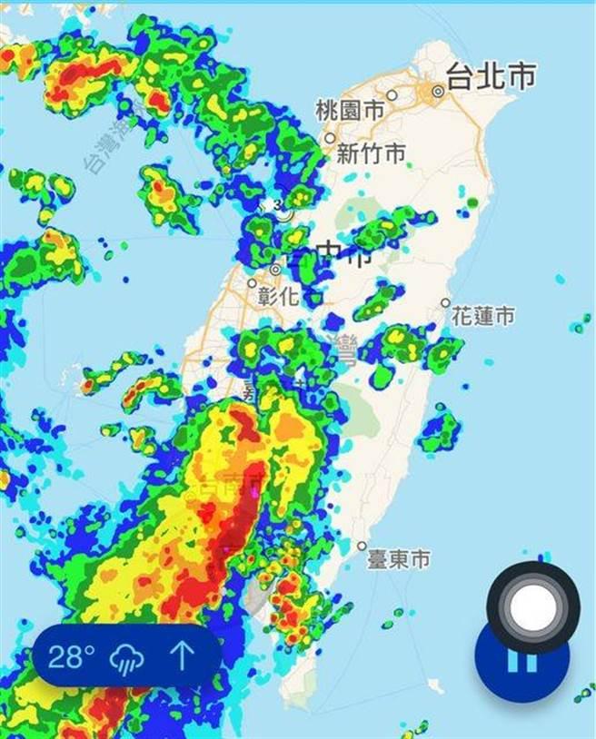 一張雨量預測回波圖被網友形容對著高雄直直衝。(翻攝台大PTT/石秀華高雄傳真)