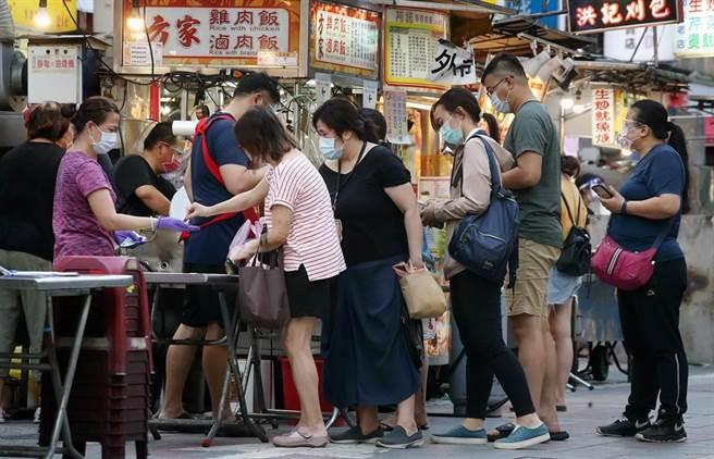 台灣經濟因疫情受重創,中央擬發5倍券振興消費,圖為民眾在攤販排隊取餐畫面,僅為示意圖。(中時資料照)