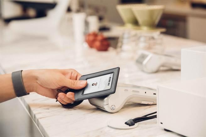 可調式雙面感應皮革證件套,具有抗干擾屏蔽層,能同時收納兩張感應卡片,兩張卡片能獨立感應而不需取出,避免在外手部接觸。(Moshi提供/黃慧雯台北傳真)