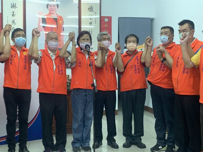 南投市長宋懷琳(左三),宣布參選南投縣長到底。(廖志晃攝)