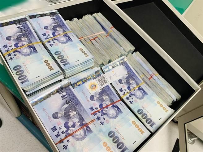 警現場查扣現金800多萬元,初估洗錢犯罪集團不法獲利至少上千萬元。(台中市警察局提供/張妍溱台中傳真)