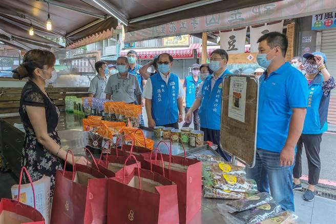 縣長楊文科(右二)到內灣老街視察,攤商都感嘆生意慘淡。(羅浚濱攝)