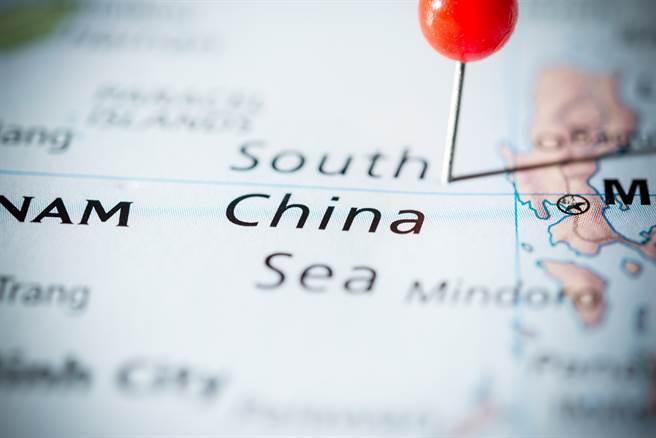 英國海軍航艦打擊群日前穿越南海,卻未駛入爭議相關島嶼12海里內。(圖/shutterstock)