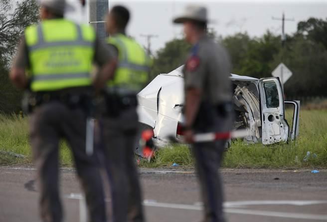 德州南部今天發生車禍,一輛載著30人的廂型車翻覆,造成10人喪生,20人受傷。(圖/美聯社)