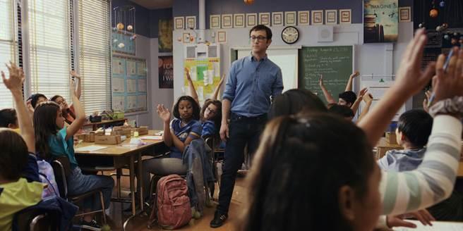喬瑟夫高登李維藉由影集《柯曼老師》圓老師夢。(Apple TV+提供)