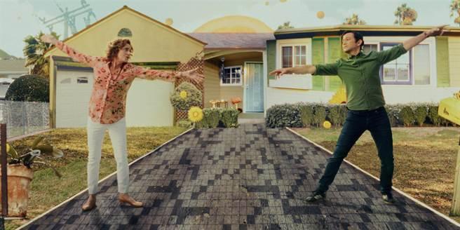 喬瑟夫高登李維(右)首部自編自導自演的影集《柯曼老師》將推出。(Apple TV+提供)
