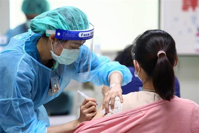 指揮中心日前已配送52.57萬劑的AZ疫苗供地方政府提供疫苗預約平台、國高中教師及補教業者接種。5日北醫配合台北市政府的施打站,預約接種人數不到100人。(鄧博仁攝)