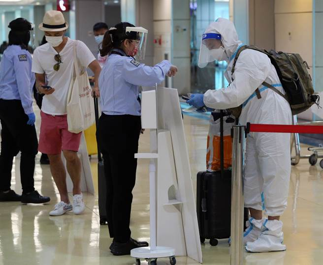 美國擬鬆綁接種兩劑疫苗者入境,陳時中表示,台灣不跟進。圖為桃園機場入境旅客檢疫的畫面。(陳麒全攝)
