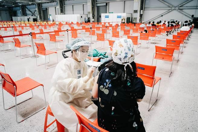 台北市花博爭豔館接種站5日僅開放16分之1的區域施打疫苗。(郭吉銓攝)