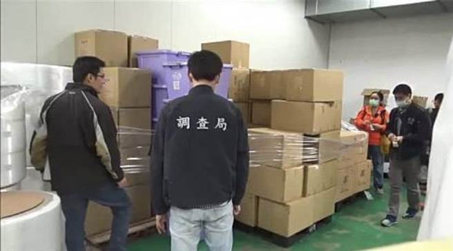 航調處人員循線查獲碩頂公司違法生產「醫療器材」口罩販售,查扣近129萬片口罩及6部口罩生產機台。(資料照片)