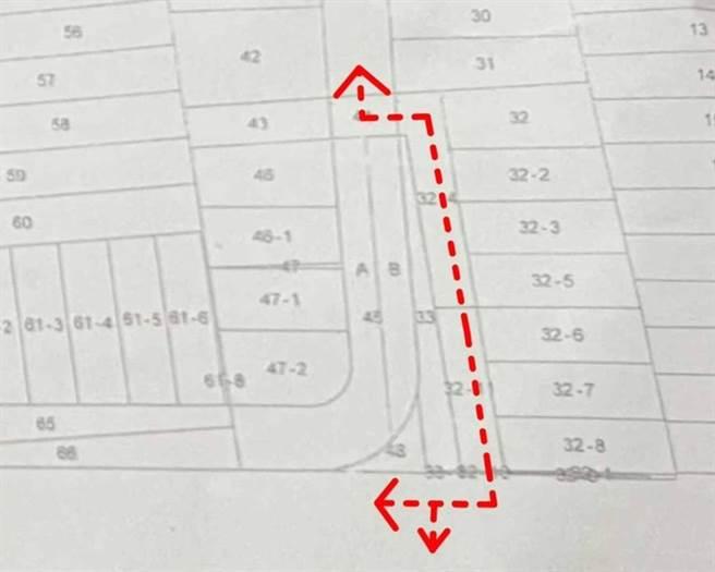 住戶指建商開發建案興建透天厝,但私人土地道路產權只取得土地持分48分之7權利,原本說會自留出入道路,最後卻違反承諾還未經溝通就拆除他們的磚砌圍牆和樹木綠籬。(住戶提供/謝瓊雲彰化傳真)