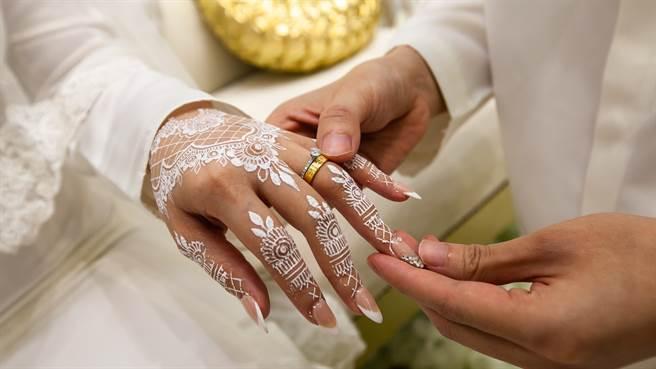 埃及一名新娘在婚後1小時突然心臟病發猝死,讓原本參加婚禮的親友,隔日卻變成參加她的喪禮。圖片為示意圖非本人。(圖/shutterstock)